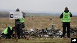 지난해 11월 말레이시아 항공 항공 MH17편이 격추된 우크라이나 동부 도네츠크 사고 현장에서 복구팀이 작업 중이다. (자료사진)