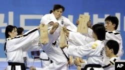지난 2007년 한국 춘천에서 열린 태권도 시범 공연에 참가한 북한 태권도 시범단이 격파 시범을 보이고 있다.
