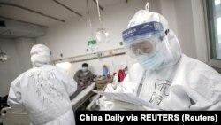 Kineski zdravstveni radnici u bolnici u gradu Wuhanu (Foto: Reuters/China Daily)