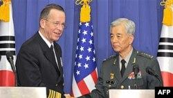 Ðô đốc Hoa Kỳ Mike Mullen (trái) họp báo chung với Đại tướng Han Min-koo, Tư lệnh quân đội Nam Triều Tiên