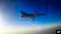러시아 장거리 폭격기 Tu-22M3가 시리아 알레포 일대에서 공습을 진행하고 있다. 러시아 국방부 제공 영상 캡쳐. (자료사진)
