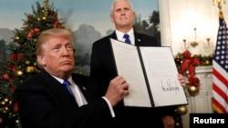 Presiden AS Donald Trump setelah menandatangani keputusan bahwa pemerintah AS mengakui Yerusalem sebagai ibu kota Israel, di Gedung Putih, 6 Desember 2017.