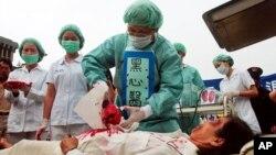 Các thành viên Pháp Luân Công tại Ðài Loan mô phỏng một vụ mổ lấy nội tạng của tù nhân trong một trại cải tạo Trung Quốc.