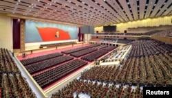 Một cuộc họp Ủy ban Trung ương được tổ chức để kỷ niệm sinh thứ 104 của người sáng lập Bắc Triều Tiên Kim Il Sung. Bức ảnh không đề ngày tháng này được phát hành bởi Thông tấn xã Trung ương Triều Tiên của Bắc Triều Tiên (KCNA) vào ngày 14 tháng 4 năm 2016.