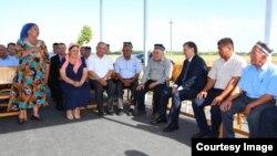 O'zbekiston Prezidenti Shavkat Mirziyoyev bir guruh fuqarolar davrasida