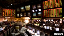 2011年1月27日,在内华达州拉斯维加斯希尔顿饭店,第四十五届超级杯竞赛体育博彩场发布的提议赌注(右方)