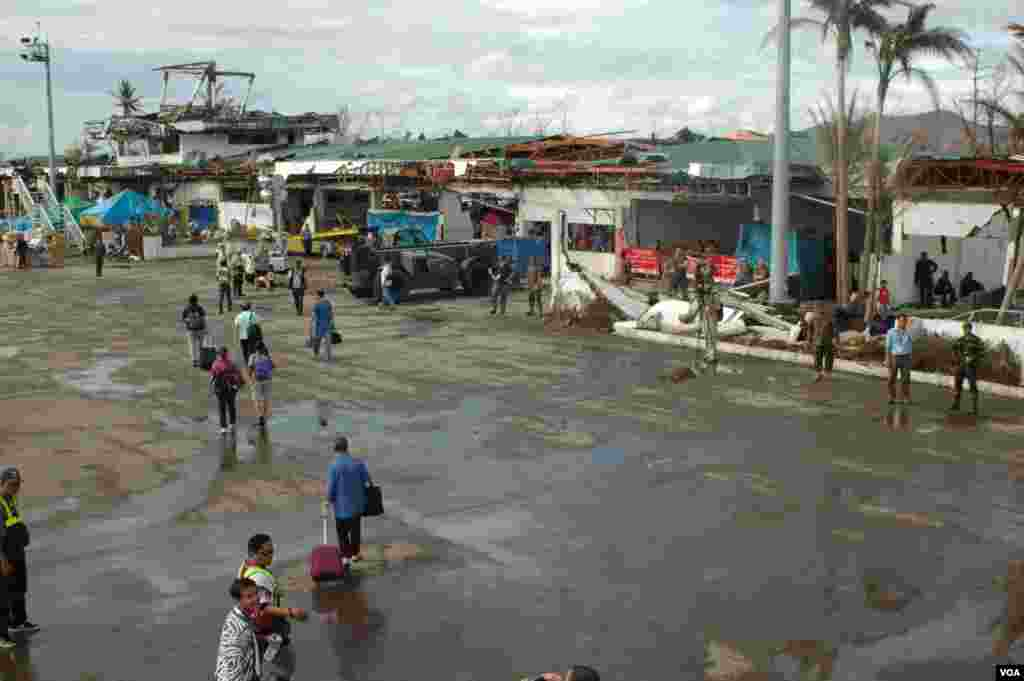 Tacloban airport's terminals were destroyed by the typhoon. Some limited commercial traffic is now utilizing the airport, Nov. 21, 2013. (Steve Herman/VOA)