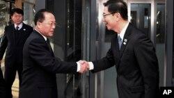 Представители Северной и Южной Кореи на переговорах