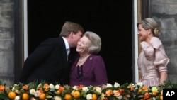 Dutch King Willem-Alexander kisses his mother Princess Beatrix.