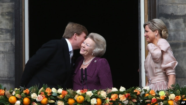 Dutch King Willem-Alexander kisses his mother Princess Beatrix.
