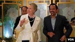 امریکی وزیر خارجہ ہلری کلنٹن اور برونایئ کے سلطان (دائیں)