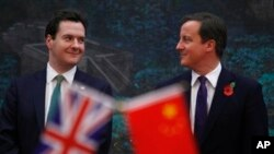 PM Inggris David Cameron (kanan) dan Menkeu George Osborne saat berkunjung ke Beijing (foto: dok).