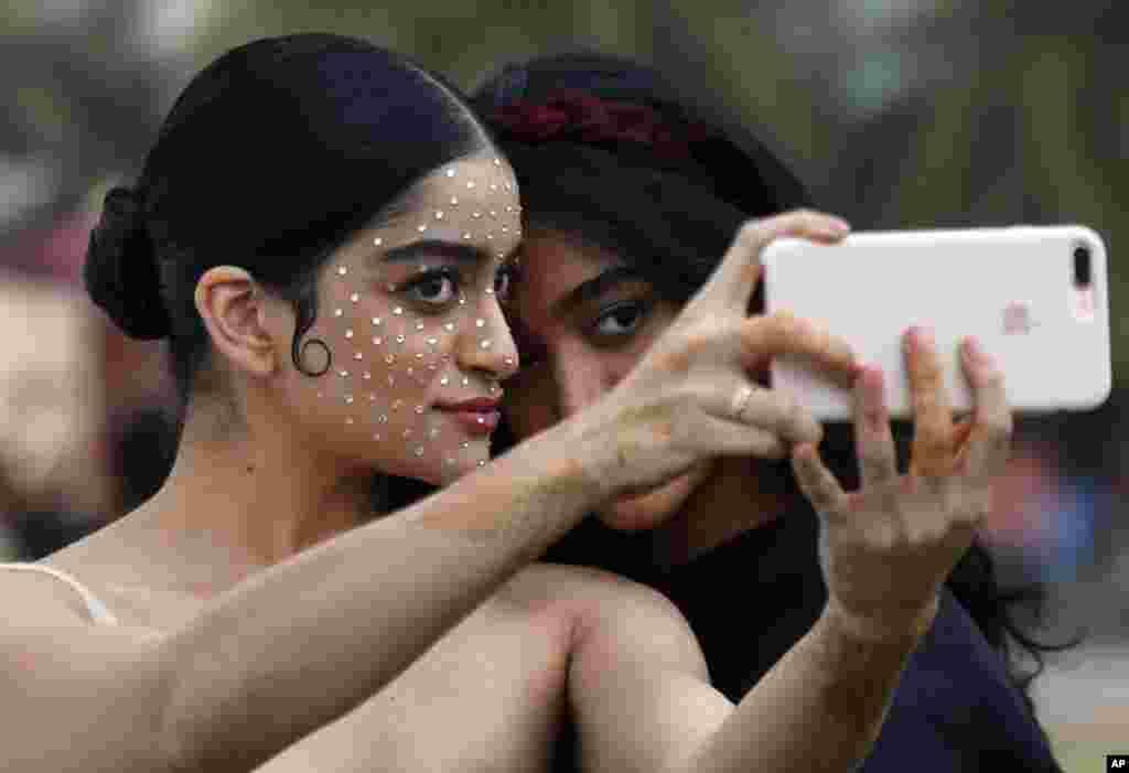 دو مدل در حال گرفتن سلفی در حاشیه رویداد نمایش هفته مد در بمبئی، هند