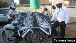 Sangano reCommunity Working Group on Health riri kukwanisa kupinda mumaruva kuburikidza nemabhasikoro arakapiwa nesangano reWorld Bicycle Relief.