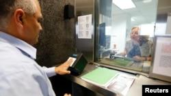 Uzimanje otisaka prstiju - deo procesa podnošenja zahteva za vizu.