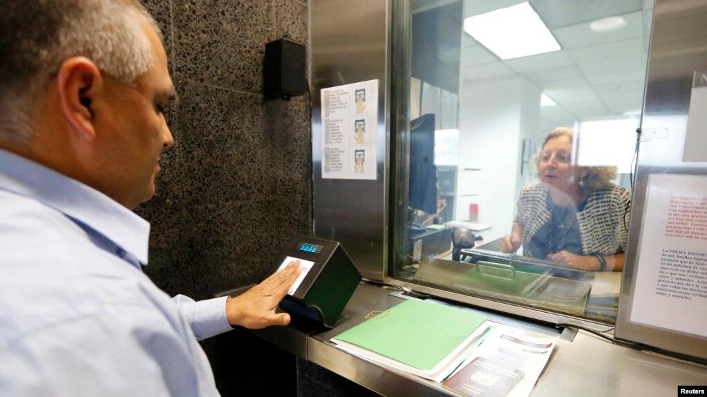 Người nộp đơn xin thị thực nhập cảnh Mỹ lấy dấu vân tay (ảnh tư liệu ngày 3/10/2014).