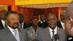 Ivory Coast's internationally-recognized President, ທ່ານ Alassane Ouattara, ທີ່ໄດ້ຮັບຮູ້ຈາກນາໆຊາດ ເປັນຜູ້ຊະນະການເລືອກປະທານາທິບໍດີໃນ Ivory Coast ຢືນຢູ່ຂ້າງຂວາ ກ່າວຕໍ່ນັກຂ່າວ ທີ່ນະຄອນຫລວງ Abidjan, ວັນທີ 5 ມີນາ 2011