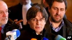 Bivši regionalni predsednik Katalonije Karles Pudždemon razgovara sa novinarima ispred Palate pravde u Briselu, 16. decembra 2019.