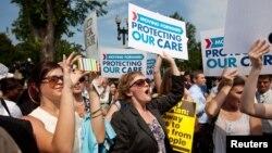 지난달 28일 미국 수도 워싱턴 DC의 대법원 앞에서 건강보험법 개혁안을 지지하는 시민들.