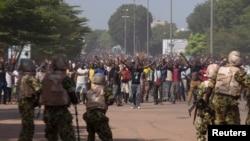 在布基纳法索首都,军人试图阻止反政府示威者进入议会(2014年10月30日)