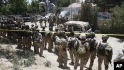 Lực lượng đặc biệt Afghanistan được triển khai bên ngoài khách sạn Spozhmai nằm ven hồ Qaugha, hướng bắc thủ đô Kabul