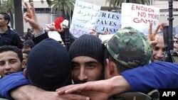 Demonstrant grli vojnike ispred kancelarije vladajuće stranke