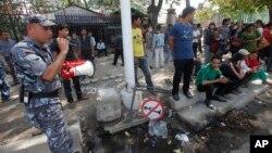 12일 네팔 카트만두에서 또 지진이 발생한 가운데 경찰이 확성기로 대피 명령을 내리고 있다.