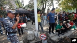 2015年5月12日警察用擴音器指揮市民進入到安全地區