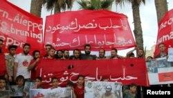 Người biểu tình tại Idlib giơ biểu ngữ bày tỏ tình đoàn kết với người dân ở Aleppo, Syria, ngày 4/5/2016.