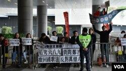 社民連成員在立法會示威區抗議,要求追究UGL案。(美國之音湯惠芸)