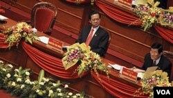 Orang kedua Partai Komunis Vietnam, Truong Tan San (kanan) terpilih sebagai presiden, sementara Perdana Menteri Nguyen Tan Dung terpilih untuk masa jabatan lima tahun kedua.