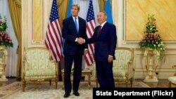 Ngoại trưởng Mỹ John Kerry và Tổng thống Kazakhstan Nursultan Nazarbayev tại phòng Vàng Dinh Tổng thống ở Astana, Kazakhstan, ngày 2/11/2015.