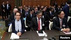 មេដឹកនាំប្រទេសមីយ៉ាន់ម៉ាអ្នកស្រី Aung San Suu Kyi ចូលធ្វើសក្ខីកម្មនៅក្នុងសវនាការផ្អែកលើពាក្យបណ្ដឹងដែលប្ដឹងដោយប្រទេសហ្គំប៊ី ប្រឆាំងនឹងការចោទប្រកាន់ដែលថា ប្រទេសមីយ៉ាន់ម៉ាបានប្រព្រឹត្តិអំពើប្រល័យពូជសាសន៍លើជាតិសាសន៍ Rohingya នៅក្រុងឡាអេ។