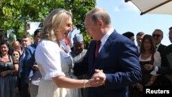Карін Кнайсль у танці з президентом Росії Володимиром Путіним в Австрії 18 серпня 2018 р.