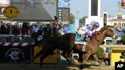 """El jockey mexicano Mario Gutiérrez, ganó el Preakness Stakes en Baltimore con """"I´ll Have Another"""", superando en la meta a Bodemeister."""