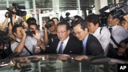朝鲜副外相金桂冠(前右二)7月26日抵达纽约肯尼迪机场
