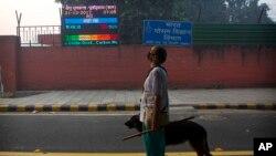 디왈리 축제가 열리고 있는 인도 뉴델리에서 20일 기상청 건물 앞에 대기오염 정도를 측정한 전광판이 게재되어있다.