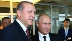 레제프 타이이프 에르도안 터키 대통령(왼쪽)과 블라디미르 푸틴 러시아 대통령이 10일 이스탄불에서 열린 세계에너지총회에서 대화하고 있다. 두 정상은 별도의 양자회담도 가졌다.