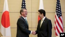 美國國防部長卡特抵達日本。在東京與日本首相安倍舉行了會晤。