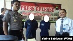 Dua tersangka percaloan di kampus UNS ( baju tahanan warna biru- dua dan tiga dari kiri) (foto: VOA/Yudha Satriawan)