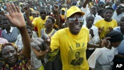Supporters of the then-ruling United Democratic Front rallied for the 2004 national elections in Bagwe. Efforts to limit MPs to two five-year terms face heavy opposition in the National Assembly.