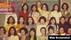 Diễn viên Mỹ Tippi Hedren và 20 phụ nữ Việt Nam đầu tiên học nghề làm móng ở bang California, năm 1975. Photo World Channel.