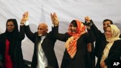 Presiden baru Afghanistan Ashraf Ghani bersama para perempuan pendukungnya.