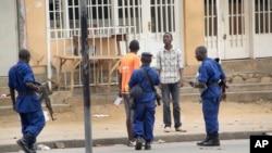 La police burundaise arrête un homme après l'attaque à la grenade à Bujumbura, 3 février 2016. (AP Photo)