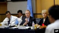 Ông Michael Kirby (giữa), chủ tịch uỷ ban điều tra Liên Hiệp Quốc về nhân quyền ở Bắc Triều Tiên