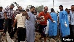 리비아 트리폴리 동부 가라불리 마을에서 반군과 주민들 간 충돌이 발생해 탄약고가 폭발했다. 22일 의료요원과 주민들이 사고 현장에서 사망자 시신을 수습하고 있다.