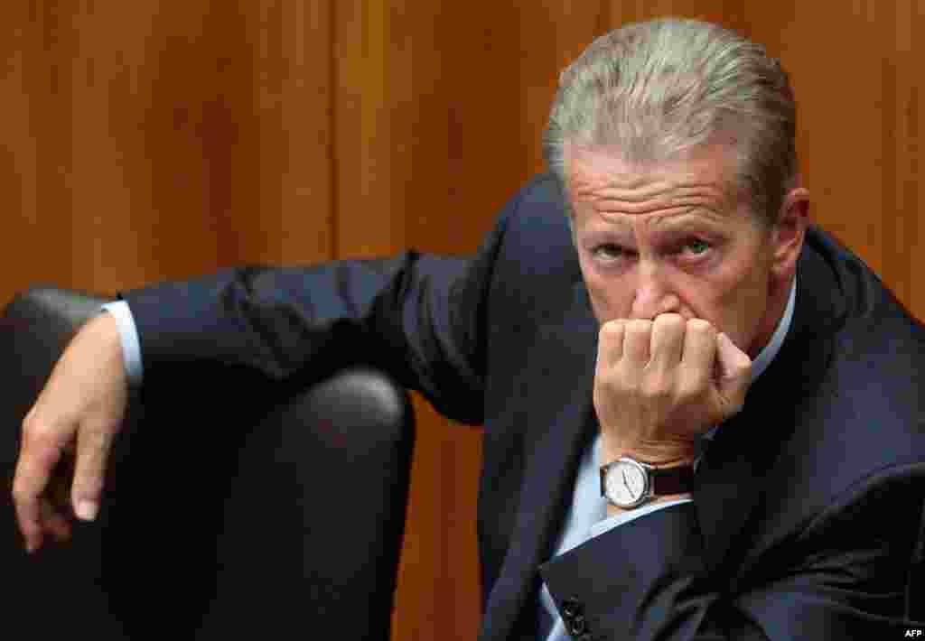 13 tháng 9: Bộ trưởng Kinh tế Áo Reinhold Mitterlehner đến họp ở Quốc hội để tìm cách giải quyết gánh nặng nợ nần của Hy Lạp. REUTERS/Heinz-Peter Bader.