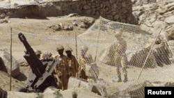 پاکستانی فوجی کارگل کی دوسری جانب پاکستانی کنٹرول کے علاقے میں مورچہ بند ہیں۔ جولائی 1999