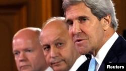 美國國務卿克里(右)、法國外長法比尤斯(中)和英國外交大臣黑格(左)舉行聯合記者會。