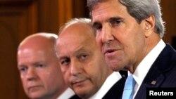 Ngoại trưởng Mỹ John Kerry, Ngoại trưởng Anh William Hague (trái) và Ngoại trưởng Pháp Laurent Fabius trong cuộc họp báo tại Paris, ngày 16/9/2013.
